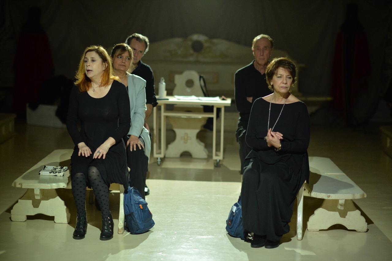 in  avanti: Evelina Nazzari (sin.) e Nunzia Grec; dietro: Carla Kaamini Carretti; in fondo: Alessandro Pala Griesche (sin.) e Giulio Farnese copia